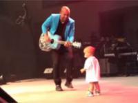 Dziecko kradnie ojcu występ