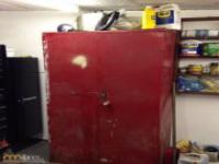 Podejrzana szafka w garażu