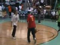 Polak pokazuje jak się powina grać w koszykówke