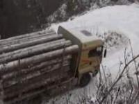 Ciężarówka z drewnem po oblodzonej górce