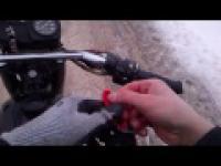 Zimowy wypadek na motorze.