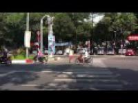 Jak się przechodzi po pasach w Sajgonie