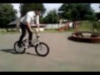 Chamski grubas na rowerze