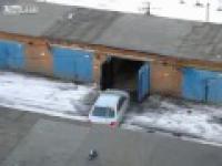 Kobieta stara się wejść do bramy garażowej