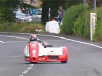 Szaleńcze wyścigi motocykli z bocznym wózkiem na Isle of Man TT