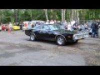Palenie gumy starym Fordem Mustangiem