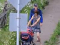 Wózek z dzieckiem prowadzi pijaną matkę