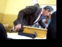 Nauczyciel pali papierosa na lekcji