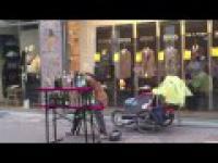 Świentny występ ulicznego muzyka