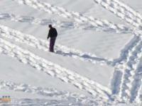 Szalony mężczyzna chodzący po śniegu
