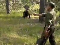 Rosyjski żołnierz rzuca saperkami