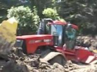 Wyciąganie z błota jednego z największych traktorów na świecie