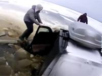 Nieudana przeprawa przez zamarzniętą rzękę SUV-em