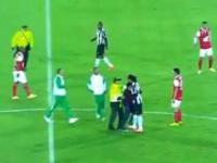 Dzieciak z Kolumbii wbiegł na boisko by uściskać Ronaldinho!