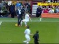 Jose Mourinho wbiega na boisko i fauluje gracza :D