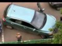 Kobieta próbuje wydostać się z parkingu