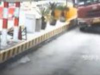 Ciężarówka przewróciła się na bramkę opłat na autostradzie