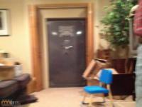 Schowek za normalnie wyglądajacymi drzwiami