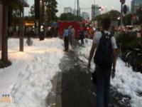 Mydliny na chodniku w Tokio