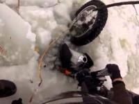 KTM zapadł się pod lód - pomogli przypadkowi ludzie :)