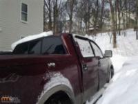 Burza śnieżna i uszkodzony samochód