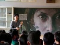 Szkolny nauczyciel uatrakcyjnia klasę