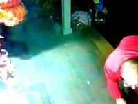 Mężczyzna kradnie rzeczy z ganku (Man stealing things off the porch)