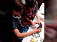 Dzieci używać walkman pierwszy raz w życiu (Kids use walkman first time in life)