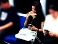 Jak u siebie w domu (Having dinner in subway)