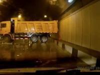 Ciężarówka driftuje w tunelu