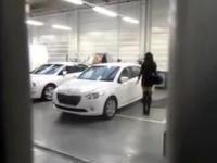 Brunetka odbiera samochód z serwisu