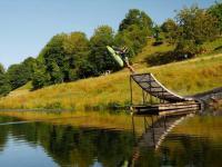Amatorska zjeżdżalnia nad jeziorem we Francji