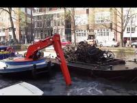 Czyszczenie kanału w Amsterdamie