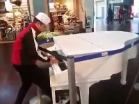 Fortepian i dresiarz w centrum handlowym