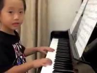 4 letni azjata gra na pianinie!