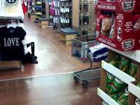 Śmieszne dzieci w supermarkecie