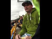 Zabawna reakcja mężczyzny na dźwięk wyścigów