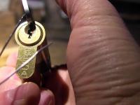 Otwieranie zamków spinką do włosów