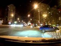 Zderzenie dwóch samochodów na skrzyżowaniu