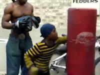 Ojciec trenuje syna by ten nie był bity w szkole
