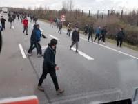 Węgierski Kierowca Tira nie wytrzymał i chciał rozjechać imigrantów na autostradzie ★25.11.2015★