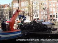 wyciąganie rowerów z wody w Amsterdamie