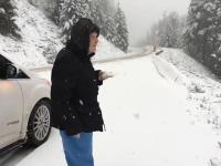Mama prosi syna aby zatrzymał samochód, bo chce się nacieszyć śniegiem