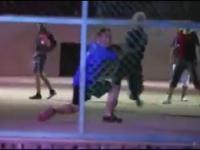 Szalony Staruszek Pokazuje Freestyle z Piłką