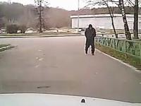 Bezdomny skoczył pod samochód