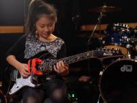 Dziesięcioletnia Japonka gra na gitarze