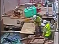 Robotnik przewierca kabel wysokiego napięcia