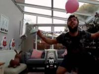Odbijanie balona głową z burkiem