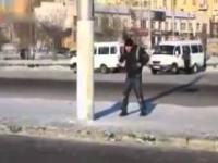 Rosja - Pijany Rusek walczy z latarnią !