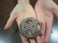 Jak zrobić kulę z malutkich kuleczek magnesów neodymowych?